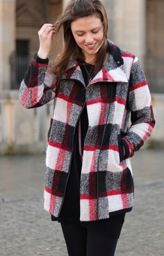 winteroutfit, winterlook, kariert, checked, winter coat, esprit, girl, fashionblogger, hair, brunette, blogger, happy, black, outfit, outfitinspiration, streetstyle, streetwear, streetfashion, wintermantel, esprit