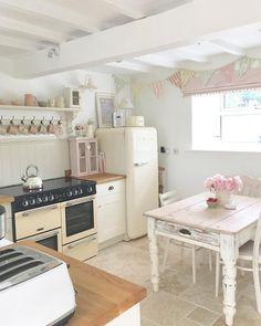 49 Smart Small Cottage Kitchen Design Ideas - Page 22 of 49 Cute Kitchen, New Kitchen, Vintage Kitchen, Kitchen Decor, Kitchen Design, Kitchen Ideas, Small Cottage Kitchen, Cottage Kitchens, Country Kitchen