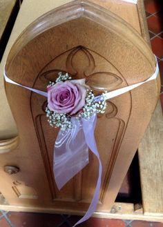 Dekoration für Kirchenbank mit Rose und Schleifenband #weddstyle