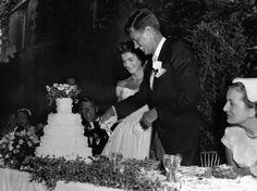 IlPost - Il matrimonio di Kennedy - L'allora senatore del Massachusetts John F. Kennedy taglia la torta con la moglie Jacqueline Lee Bouvier il giorno del loro matrimonio a Newport, in Rhode Island, il 12 settembre del 1953, 60 anni fa.  (AP Photo)