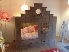 Saartje Prum verkoopt dit mooie bed met trapgevel. Wat is het toch een leuke winkel!