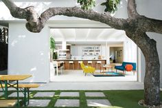 A mature avocado tree shades the patio outside the great room of the renovated house that Glee star Jayma Mays and the actor Adam Campbel share in the Los Feliz section of Los Angeles. Photo by Floto + Warner. Exterior Design, Interior And Exterior, Interior Architecture, Installation Architecture, Style Californien, Knock Down Wall, Estilo Interior, Multipurpose Room, Indoor Outdoor Living