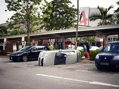싱가포르 DBS Bank의 재미있는 QR코드 마케팅^^ 보험에 가입하면 무료로 차량 블랙박스를 선물하는 이벤트를 홍보하기 위한 마케팅 입니다.  차량에 일어날 수 있는 예기치 못한 상황을 재미있는 아이디어와 함께 전달하는 모습입니다^^