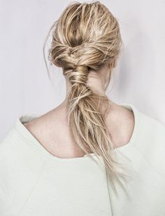Rien de tel que des cheveux texturés par un spray surf pour se composer une coiffure faussement négligée !