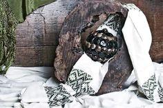 Black Sphere made of Sea Beans, Lucky Beans, Hamburger Beans for the good luck!  Ecofriendly crafts by Decoesferas Eco Design great idea for natural decor!  Esfera negra hecha a mano con semillas de Ojo de Venado!   Ideas de decoración Amigable con el medio ambiente!  Artesanias Ecológicas de Guatemala