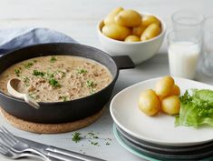 Perinteinen jauhelihakastike | Valio Food N, Food And Drink, Quick Meals, Cheeseburger Chowder, Food Inspiration, Risotto, Curry, Soup, Healthy Recipes