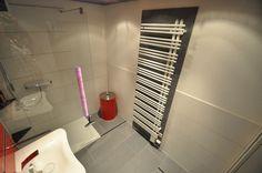 Badezimmer Andrazit farbene Fliesen hinter dem Heizkörper ergeben einen tollen Kontrast