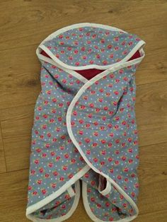babywrap / babydoek 'meisje' (ook voor maxicosi) gemaakt van badstof, katoen, biaisband (patroon komt uit een oude Knippie)