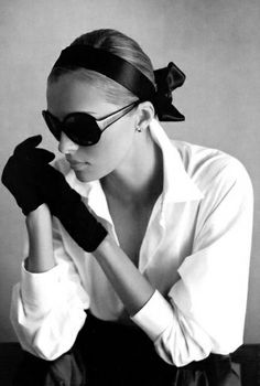 Black gloves are so elegant and mysterious! Love them