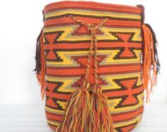 mochilas Wayúu son obra original de la mano de los indios. La nave tiene una alta prioridad en la cultura Wayuu. El último está en mitos, ritos y costumbres expresadas. Un bolso Wayuu se crea mediante tres técnicas: tejido, tejido y crochet escardas en ganchillo es relativamente innovadora.  Esta bolsa se produce en América del sur y Señor. Las ganancias de este producto va más allá del proyecto de ayuda a la gente de La Guajira. Vendemos estos bolsos ahora en Alemania.