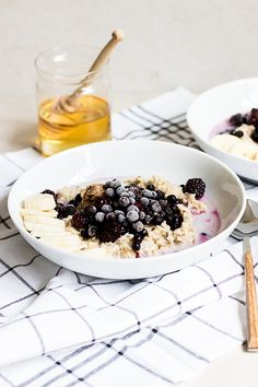 Oatmeal with almond butter & frozen berries Happy Health - Healthy Food Delivery - Ideas of Healthy Food Delivery - Morning oat porridge with almond butter & frozen berries Health Breakfast, Easy Healthy Breakfast, Breakfast For Kids, Breakfast Recipes, Morning Breakfast, Vegan Breakfast, Breakfast Ideas, Healthy Food Delivery, Healthy Food List