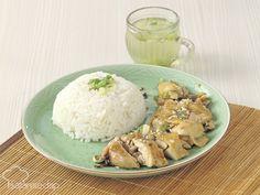 Resep nasi ayam hainan ini sangat mungkin kita buat di rumah, lho. Rasa nasi yang gurih dan ayam lembut dengan bumbu minimalis akan jadi kunci kelezatan yang membuat seisi keluarga ketagihan.