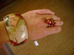 Pulseira pintada à mão e anel com pedras de vidro e metais nos mesmos tons!