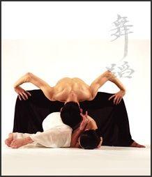 La compañía taiwanesa de danza-teatro Cloud Gate nos dejó profundamente impresionados con su obra Moon Water. Su creador y coreógrafo, Lin Hwai-Min, ha logrado una perfecta fusión entre la danza contemporánea y la meditación en movimiento del Taichi,