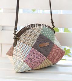 퀼트미 [통통 파우치겸 미니백] Patchwork Bags, Quilted Bag, Handmade Bags, Beautiful Bags, Purses And Handbags, Fabric Crafts, Shopping Bag, Sewing Projects, Coin Purse