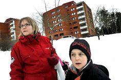 """Nina Sund, 41, bor i närheten av platsen för onsdagens dubbelmord. Sonen Kristoffer Sund, 7, har pratat om dådeti skolan. """"De sa att det var en kille som fått hjärnfel och blivit arg på sin mamma och pappa så han mördade dem""""."""