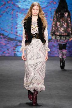 Anna Sui Fall 2015 Ready-to-Wear Fashion Show - Annika Krijt Anna Sui, Kimono Fashion, Boho Fashion, High Fashion, Fashion Design, Fashion Shows 2015, Fashion Week 2015, Look Boho Chic, Bohemian Style