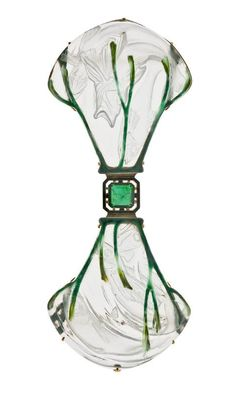 Lalique 1903/05 Fish Corsage Ornament: gold, translucent enamel on gold, molded glass, partially enameled glass emerald (central emerald replaced by glass in 1991) ©Photo Les Arts Décoratifs