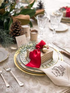 Pretty holiday table with natural elements from the garden