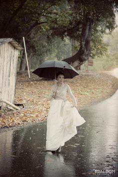a vintage rain - Ana Rosa Rain Umbrella, Under My Umbrella, Walking In The Rain, Singing In The Rain, Rainy Night, Rainy Days, Rainy Weather, Arte Black, Smell Of Rain
