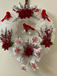 Christmas Mesh Wreaths, Christmas Baskets, Christmas Crafts, Christmas Ornaments, Dollar Tree Crafts, Holiday Crafts, Holiday Decor, Homemade Wreaths, Homemade Christmas Decorations