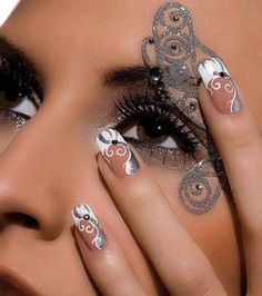 Nageldesign Weiß und Silber Carving Kombination Näg