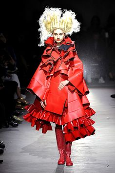 Comme des Garçons RTW Spring 2015 In her spring collection, Rei Kawakubo made a delightfully bright proposal: Red. Red, red and more red. For More For all RTW Spring 2015 Runway Fashion, Fashion Art, High Fashion, Fashion Show, Fashion Design, Paris Fashion, Rihanna, Beyonce, Drag Clothing