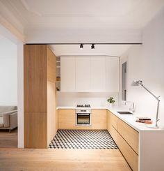 Piccola cucina a vista in legno chiaro e bianco. Stile moderno ed elegante.