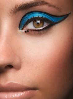 Gorgeous blue eye makeup - make a statement with this cateye