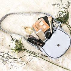 Mais imagens no instagram @dheboradantas #flatlay #bolsa #bag #flower #make #maquiagem #rubyrose #perfume