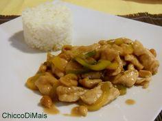 Pollo kung pao (ricetta cinese). Ricetta del pollo cinese in salsa piccante, con arachidi peperoni e riso basmati, facile da fare a casa come al ristorante!