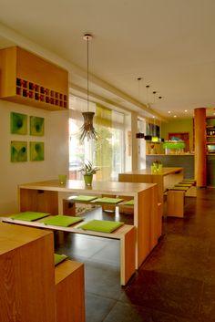 Geradlinige Einrichtung aus einheimischen Eichenhölzern | Rectilinear furnishing out of native oak