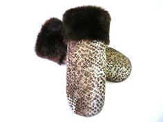 Sweater mittens, mitaine brune, sweater mitten, CroqueMitaines, mitaine de laine, matériaux recyclés, fait au Québec, mitaines artisanales de la boutique CroqueMitaines sur Etsy Sweater Mittens, Slippers, Boutique, Etsy, Fingerless Gloves, Slipper, Boutiques, Flip Flops, Sandal
