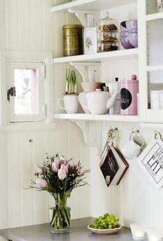 Pretty white cottage kitchen with pretty styled accents Decor, Kitchen Interior, Home Decor Inspiration, Interior, Interior Inspiration, Cottage Decor, Home Kitchens, Romantic Kitchen, Old World Kitchens