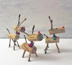 bricolages de Noël - des figurines de cerfs à partir de bouchons de liège, brindilles, mini-pompons et grelots
