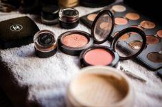 Make-up Artist aus Leidenschaft - die Schminktante lässt Bräute noch schöner strahlen und hat Spaß dabei, überzeugt euch selbst!