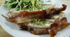 Skøn opskrift på græsk farsbrød med tzatziki og lækker spidskålssalat. Rigtig lækker og nem aftensmad til hele familien. Med bacon, feta og krydderier.
