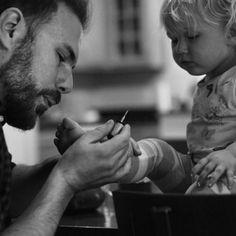 Pai pintando as unhas da filha