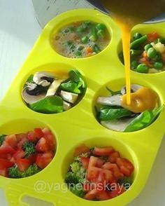 Вкуснейшие овощные маффины Легче лёгкого, быстрее быстрого!!! Хоть на ужин, хоть на завтрак, хоть когдаСтавьте лайк❤️ и читайте рецепт Любые овощи, грибы или зелень, какие есть у вас в холодильнике✌️ У меня: Нарезанные томаты + брокколи Шампиньоны + шпинат смесь замороженных овощей☃ (зелёная, фасоль, кабачок, кукуруза и зелёный горошек) 3-4 яйца (зависит от их размера) соль, специи по вкусу (у меня карри, черный кардамон и куркума) Приготовление на видео Сложи...