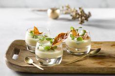 Soep als voorgerecht is passé. Serveer aperitiefsoepjes met een lekkere garnituur in een glaasje of verrine. Een ideaal hapje tijdens de feestdagen.