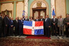 Tras triunfo en pelota invernal Tigres del Licey reciben la Bandera Nacional de manos del presidente Medina