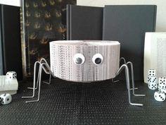 Spider Sculpture de livre Livre modifié Art de page de   Etsy Halloween, Decoration, Sculpture, Table, Furniture, Etsy, Home Decor, Recycled Books, Recycle Art