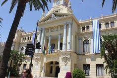 Ayuntamiento de Málaga. El alcalde Ricardo Albert colocó la primera piedra el 31 de diciembre de 1911, finalizándose en 1919. Yo me casé en el Salón de los Espejos el 7/06/97