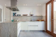 Una casa de estilo mediterráneo abierta al mar #hogarhabitissimo #cocina