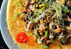 Polenta gratinada con queso y setas salteadas...