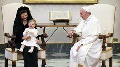Prinzessin Leonore sitzt bei einer Papstaudienz bei Königin Silvia auf dem Schoß.