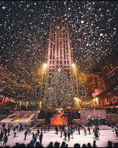 Christmas time at Rockefeller Center - New York ✨❤️❤️❤️✨ . Picture by ✨✨ for a feature ❤️ Christmas time at Rockefeller Center - New York ✨❤️❤️❤️✨ . Picture by ✨✨ for a feature ❤️ Christmas Feeling, Cozy Christmas, Christmas Lights, Outdoor Christmas, Summer Christmas, Summer Fall, Christmas 2019, Beautiful Christmas, Christmas Decor