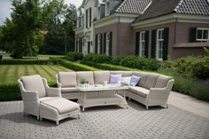 Maak kennis met de Brighton loungeset. Deze landelijke set zit erg comfortabel en zal erg mooi in je tuin staan. Er is gebruik gemaakt van wicker en deze lounge set zal dus jaren lang mee gaan! De beste kwaliteit vind je alleen bij ons.