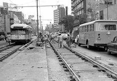 Una fotografía de 1973 donde se aprecia un tranvía sobre la Avenida de los…