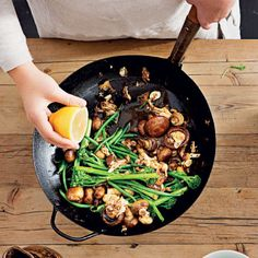 Stir fried Green beans with mushrooms Stir Fry Greens, Stir Fry Green Beans, Ginger Green Beans, Fried Green Beans, Serving Dishes, Vegetarian Recipes, Side Dishes, Stuffed Mushrooms, Cooking